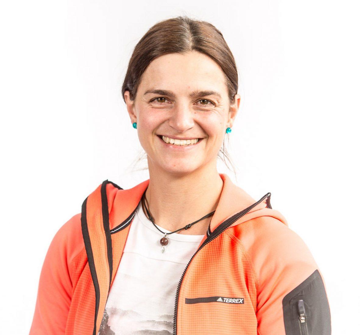 Alexandra Schweikart ist promovierte Chemikerin und Textilwissenschaftlerin. Als professionelle Bergsportlerin, Sportkletterlehrerin und Sachkundige für PSAgA weiß sie genau, worauf es bei Textilien im Outdoor-Einsatz ankommt.