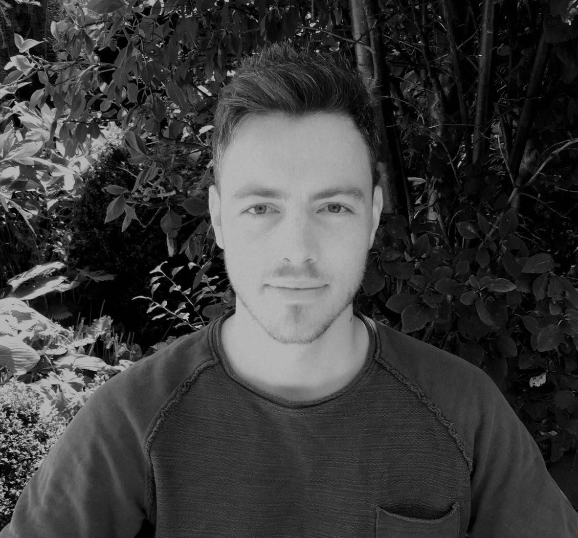 Lucas Mitterer lebt in Wien. Kaffeehäuser, Beisln und Würstlstände sind sein natürlicher Lebensraum. Nebenbei macht er seinen Master in Translation.