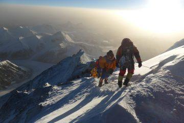 Sonnenaufgang am Nordostgrat. Links geht's in die Nordwand, in die sich Norton 1924 ohne Sauerstoff wagte und im Norton Couloir 8.573 m erreichte, rechts wartet das Kangshung Face auf Profibergsteiger. Foto: Rupert Hauer, Mai 2018 am Mount Everest kurz nach dem Mushroom Rock. I bergundsteigen.blog