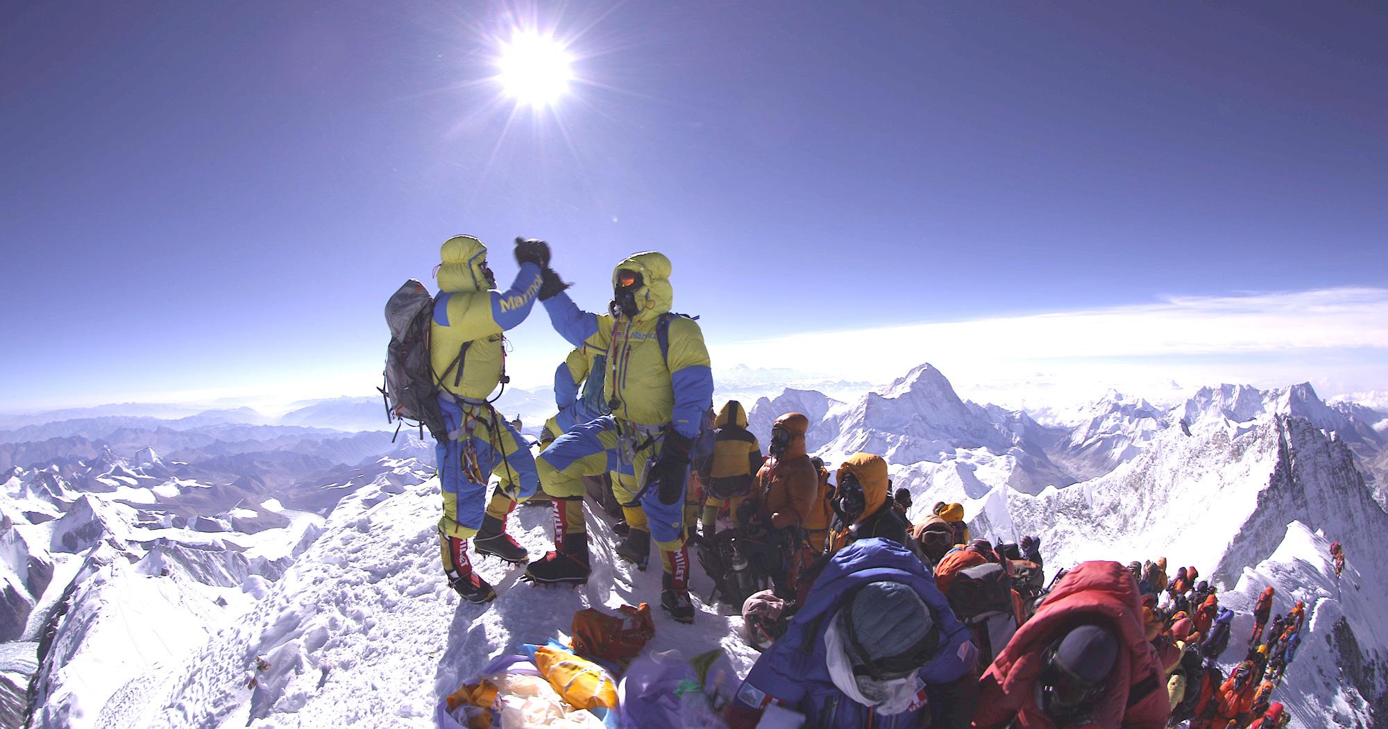 Der höchste Punkt ist der Gipfel. Und wer nicht am höchsten Punkt war, war nicht am Gipfel. Dies gilt für geführte Everestkunden wie auch für Profibergsteiger. Foto: Lukas Furtenbach, Mai 2016 auf dem höchsten Punkt der Erde. I berundsteigen.blog