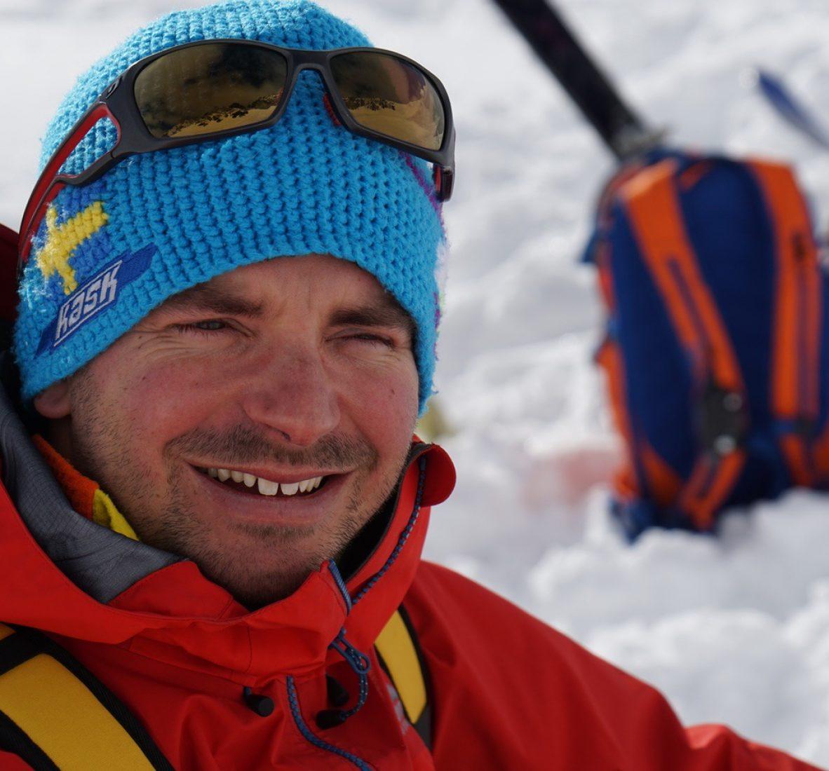 Philipp Dahlmann arbeitet als Notfallsanitäter und Praxisanleiter. Er ist ernsthafter Segler und engagierter Allroundbergsteiger.