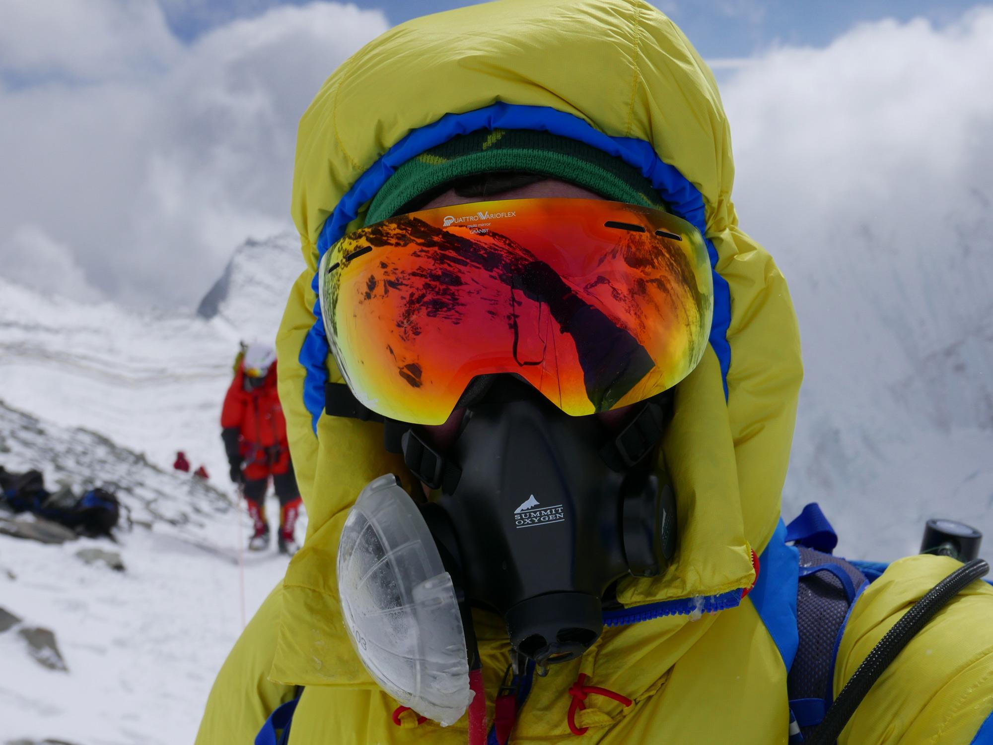 Flaschenkind. Mit moderner Sauerstoffausrüstung kann man auch bei fast 100 km/h Wind auf 8.000 m noch gut arbeiten. Foto: Lukas Furtenbach, Mai 2016 am Everest Südsattel. I bergundsteigen.blog
