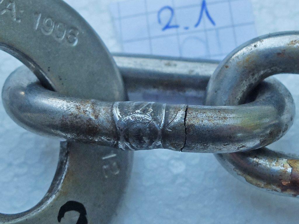 Kettenglied mit mittleren Korrosionsspuren und einem deutichen Riss. Foto: DAV Sicherheitsforschung