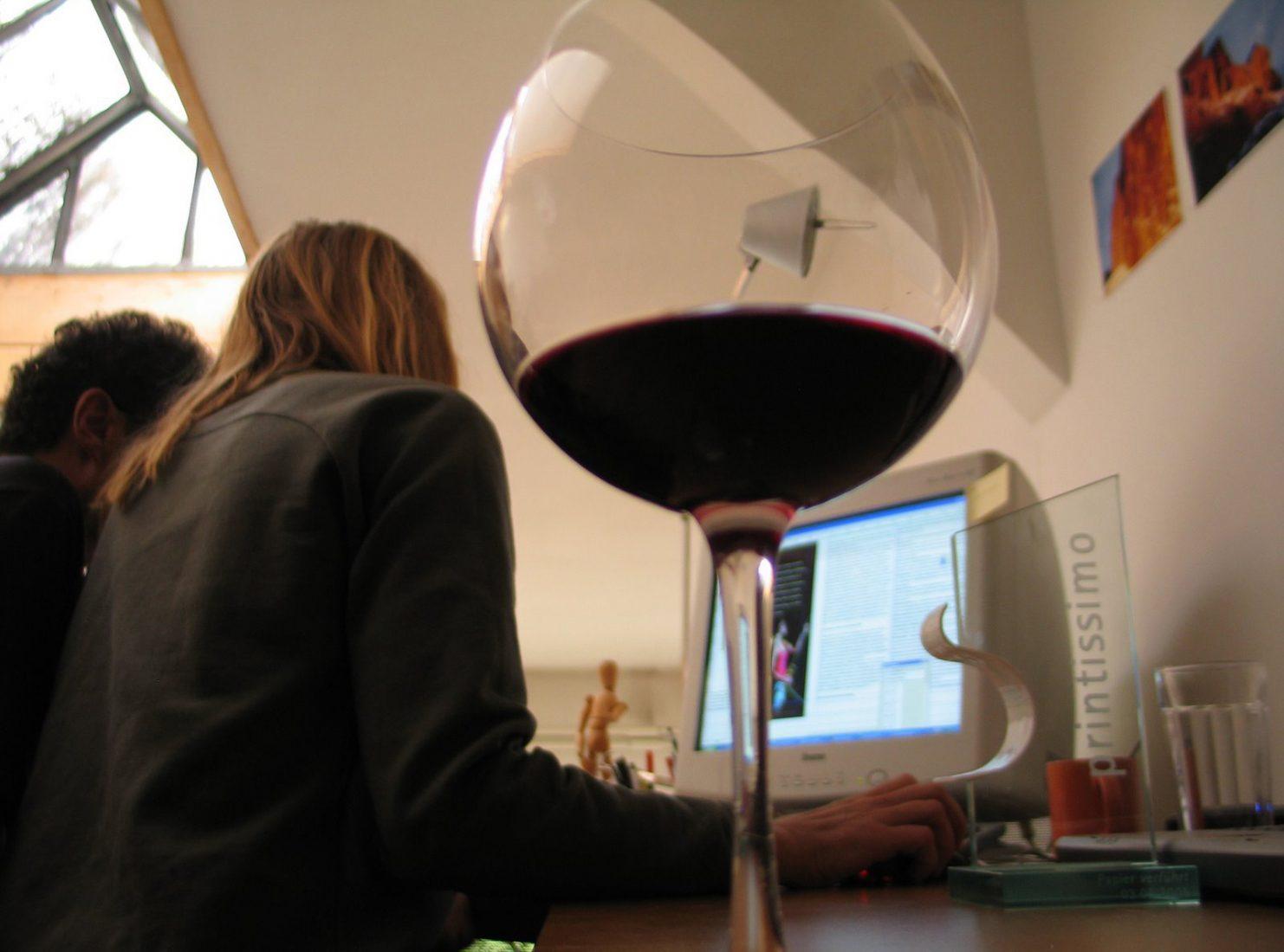 Chefredaktuer Michael Larcher und Grafikerin Christine Brandmaier 2005 bei einer bergundsteigen-Endkorrektur. Zur Motivation dienen Rotwein und der gerade verliehene Printissimo.