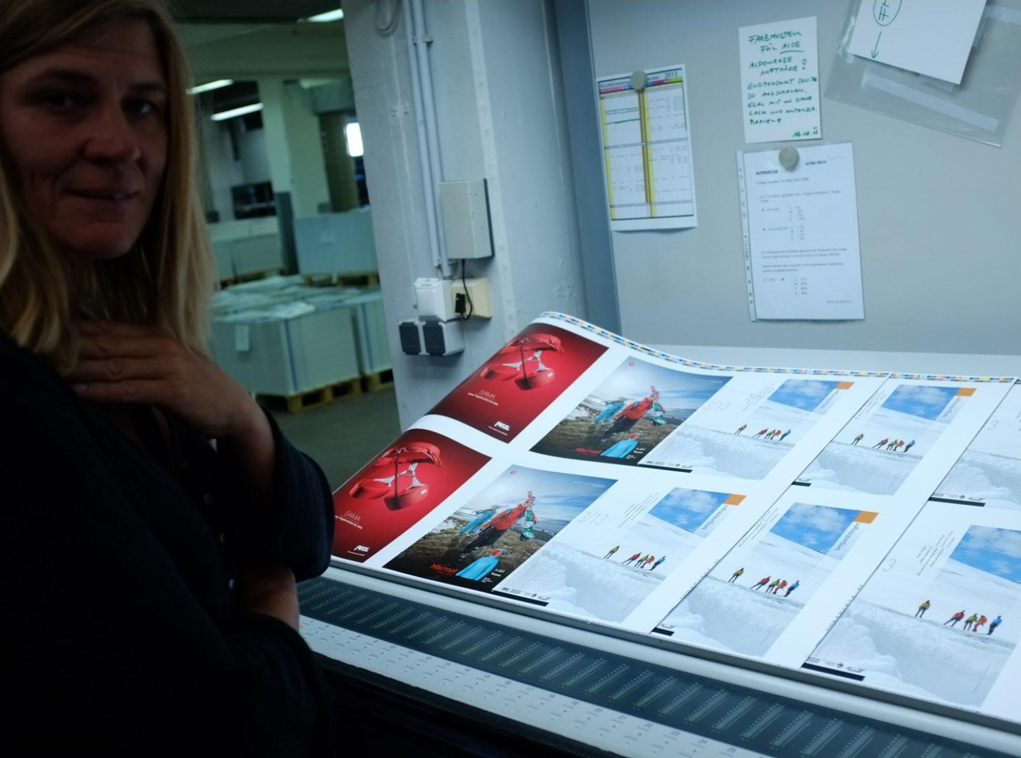bergundsteigen-Grafikerin Christine Brandmaier beim Abstimmen der Ausgabe 3/2013 bei Alpina Druck.