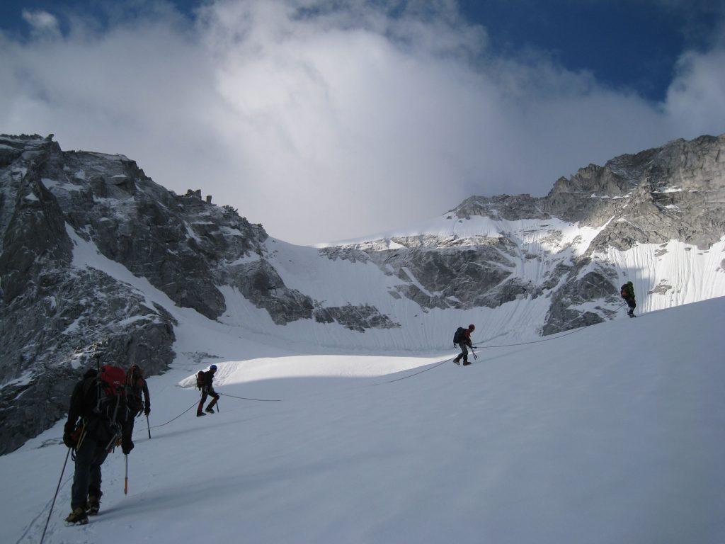 Langes, gestrecktes Seil. Die einzige korrekte Sicherung auf dem verschneiten Gletscher. I bergundsteigen.blog
