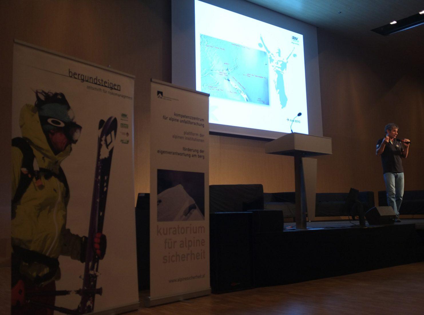 Michael Larcher als Vortragender beim Alpinforum 2012, einer Veranstaltung die eng mit bergundsteigen verknüpft ist.