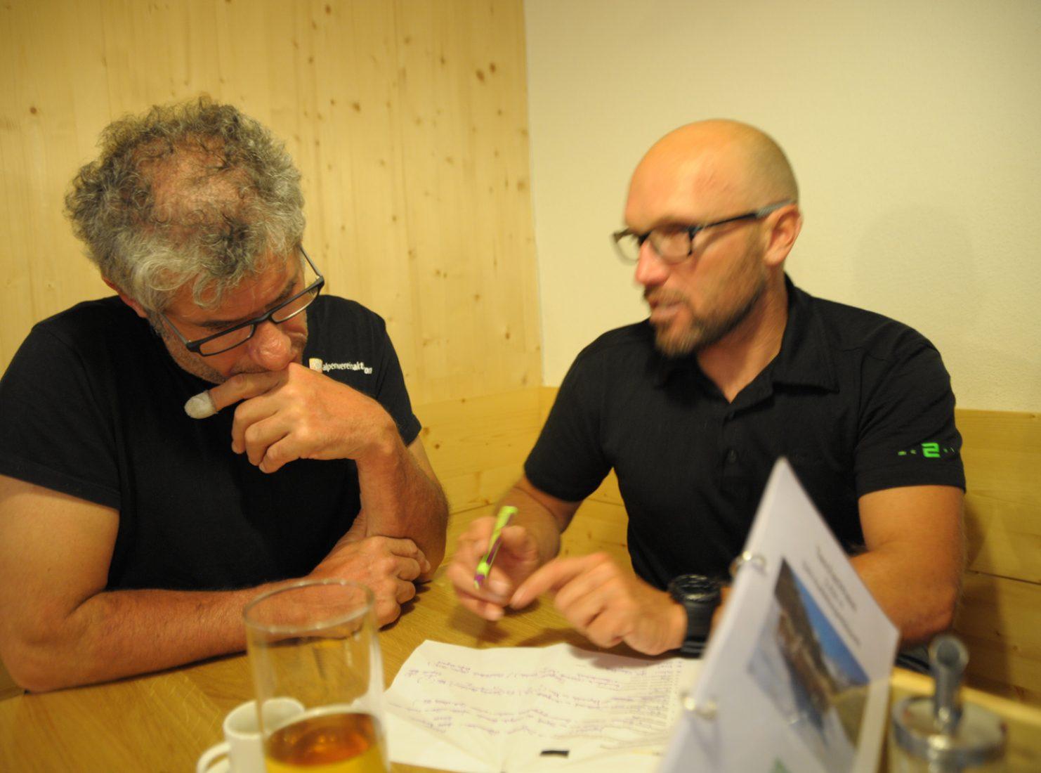 Die Redakteure Michael Larcher und Walter Würtl 2015 am Taschachhaus beim regen Informationsaustausch.