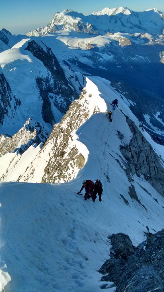 Das Täschhorn ist 4.491 m hoch und anspruchsvoll. An diesem verwechteten Gratabschnitt kann nicht auf der Gratkante gegangen werden und Fixpunkte sind kaum an- zubringen. I bergundsteigen.blog