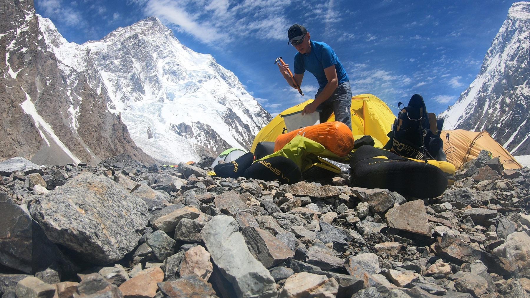 Rucksack Packen vor dem K2, inklusive Gleitschirm, Max Berger I bergundsteigen.blog