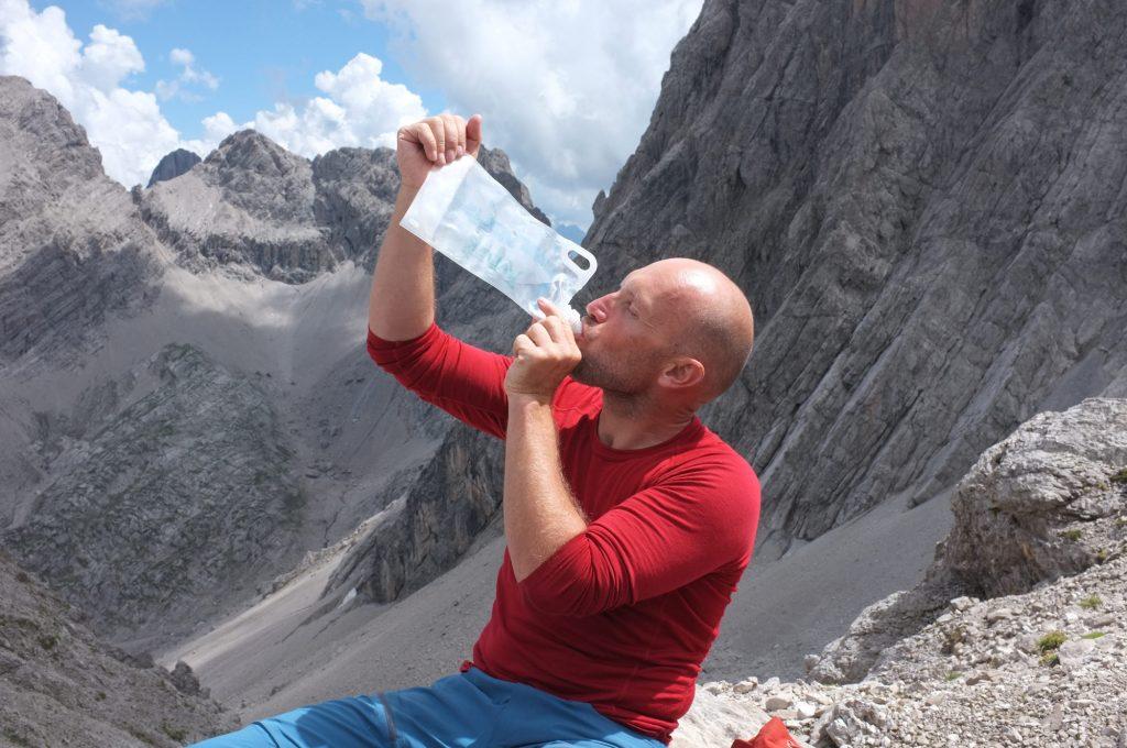 Rechtzeitiges und möglichst regelmässiges Trinken ist beim Bergsteigen prinzipiell immer eine gute Idee. Foto: argonaut.pro I bergundsteigen.blog
