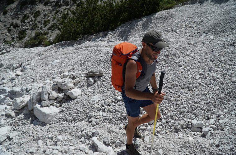 9:00 und schon brutal warm. Walter am Weg zum Einstieg einer (schattseitigen) Dolo-Kletterei. Foto: argonaut.pro I bergundsteigen.blog