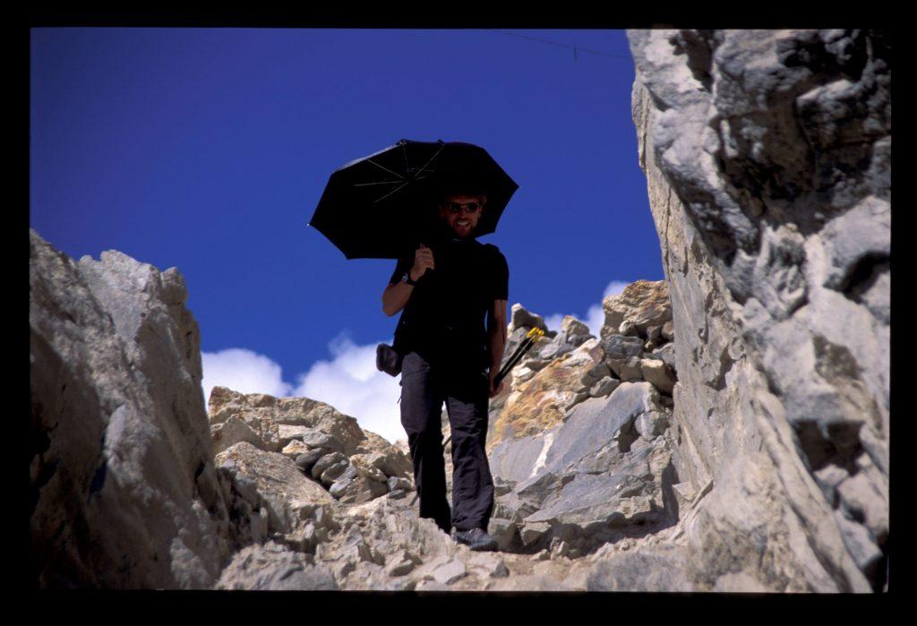 Gegen Sonnenstich hilft ein vor direkter Sonneneinstrahlung geschützter Kopf und Nacken - viel schwören - zumindest beim Wandern & Trekking - auf einen Schirm, durchgesetzt haben sich alle Varianten von Sonnenhüten und -tüchern. Foto: argonaut.pro I bergundsteigen.blog