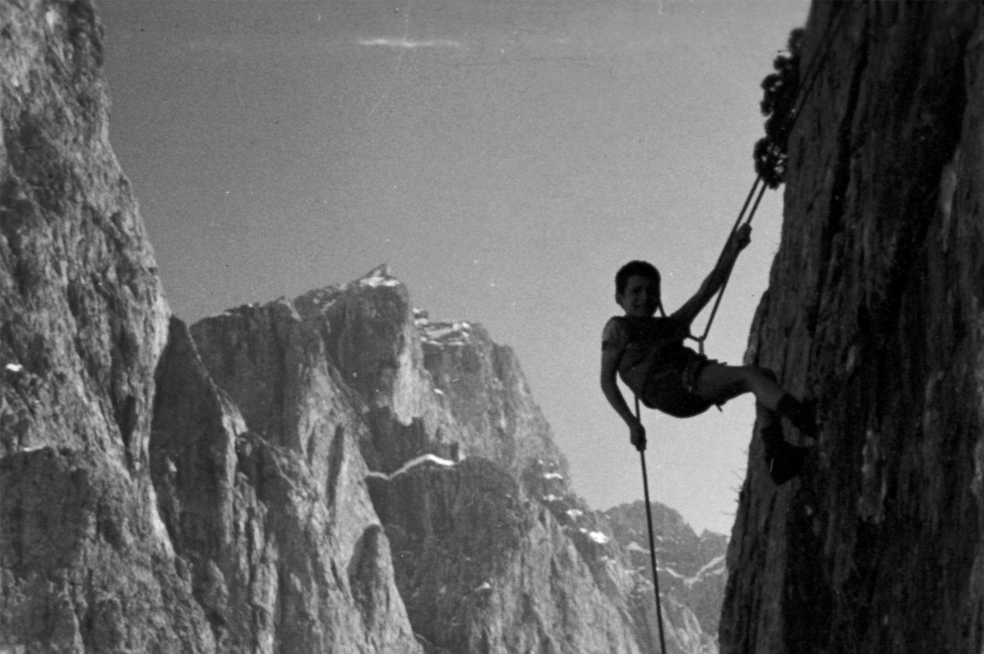 Reinhold bei ersten Kletterversuchen an den Geislerspitzen, © Archiv Messner I bergundsteigen.blog