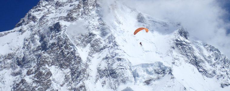 Kleiner Paragleiter (Max Berger) vor großem Berg (K2). Foto: Juan Carlos San Sotero