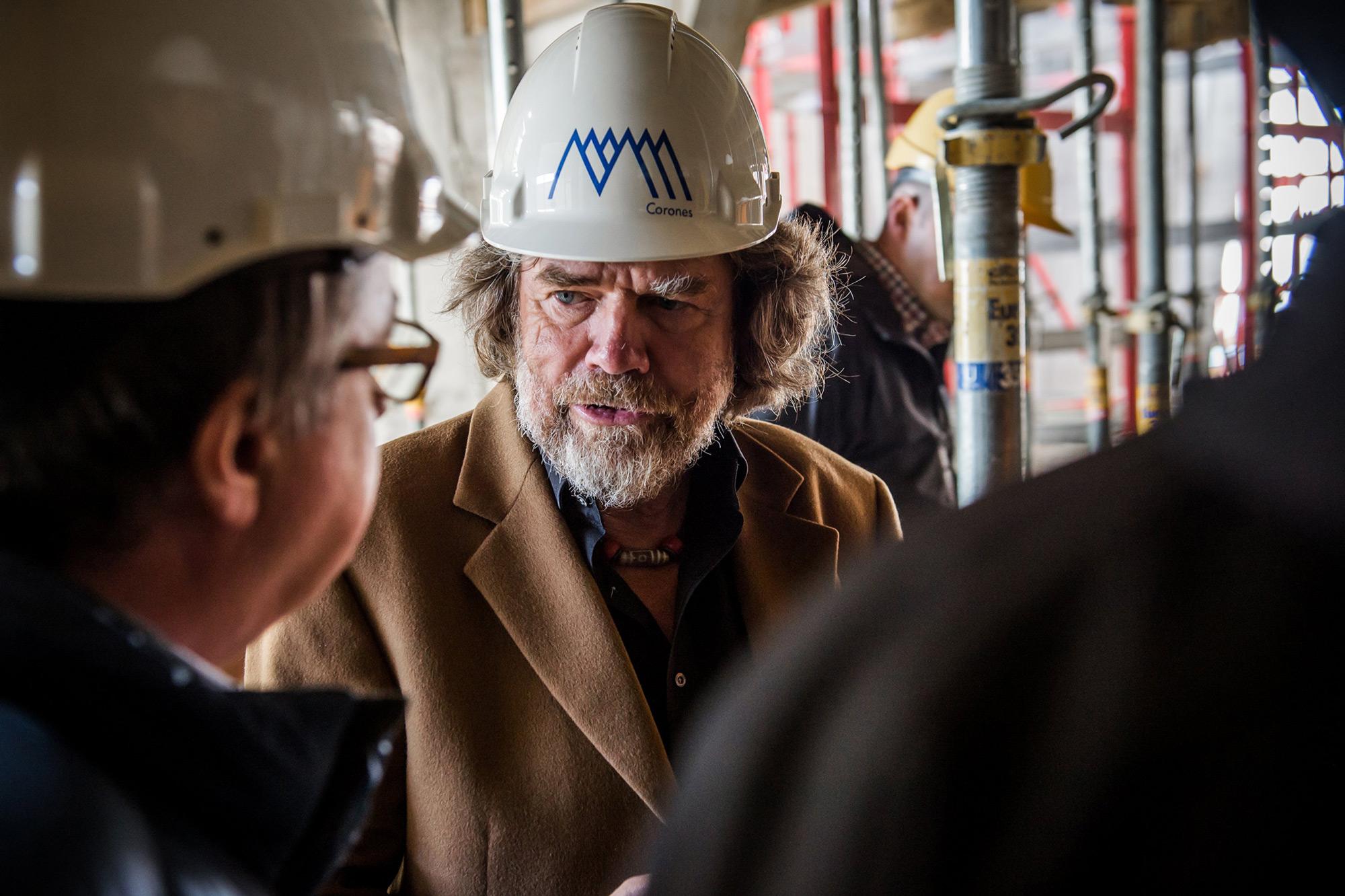 Messner, der Museumsmacher, auf der Baustelle seine MMM Messner Mountain Museums am Kronplatz. Foto: Archiv Messner I bergundsteigen.blog
