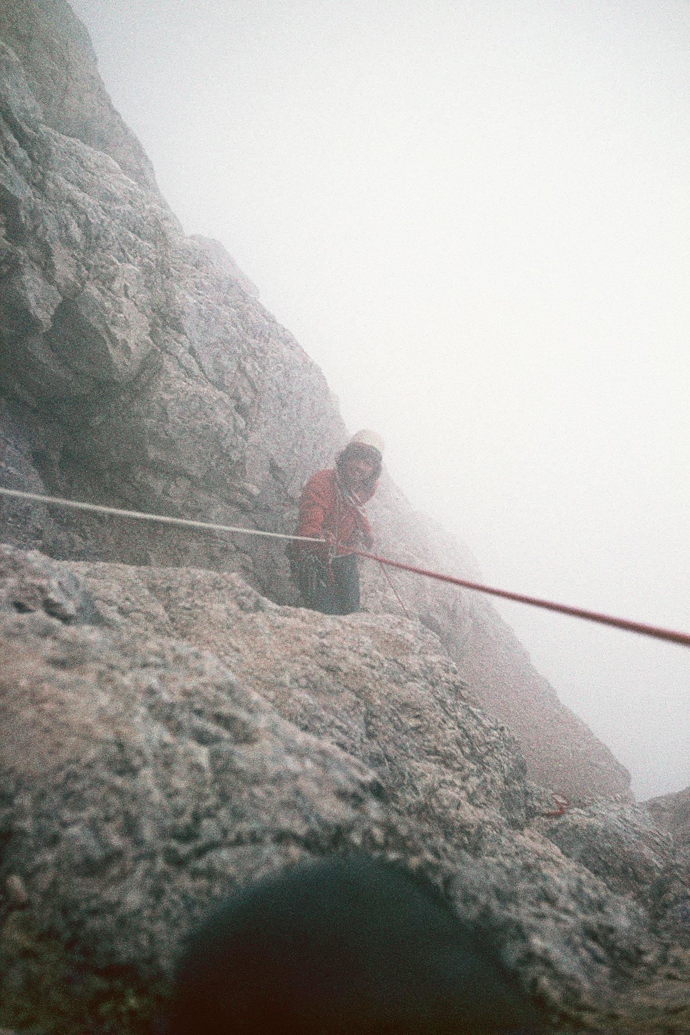 Schlechtwetter am Pelmo. Abseilen zum Biwakplatz. Foto: Archiv Messner I bergundsteigen.blog