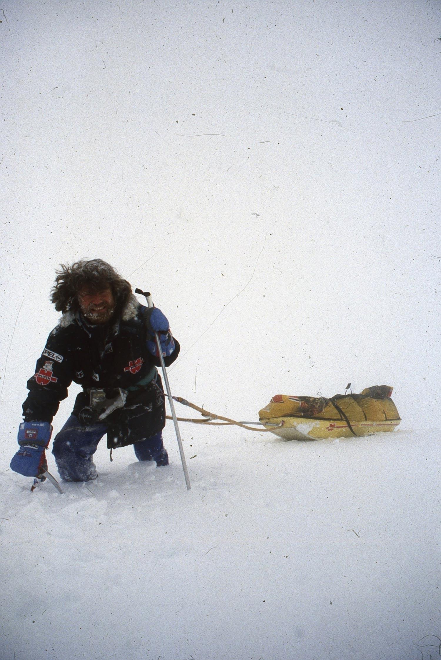 Reinhold Messner bei der 2.700 Kilometer langen Durchquerung der Antarktis mit Arved Fuchs 1989–1990. Foto: Archiv Messner I bergundsteigen.blog