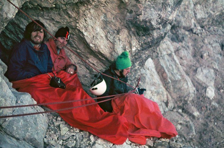 Reinhold Messner, Luis Vonmetz und Jochen Gruber (v. l.) beim Biwakieren in der Pelmo-Nordwestwand 1973. Foto: Archiv Vonmetz I bergundsteigen.blog