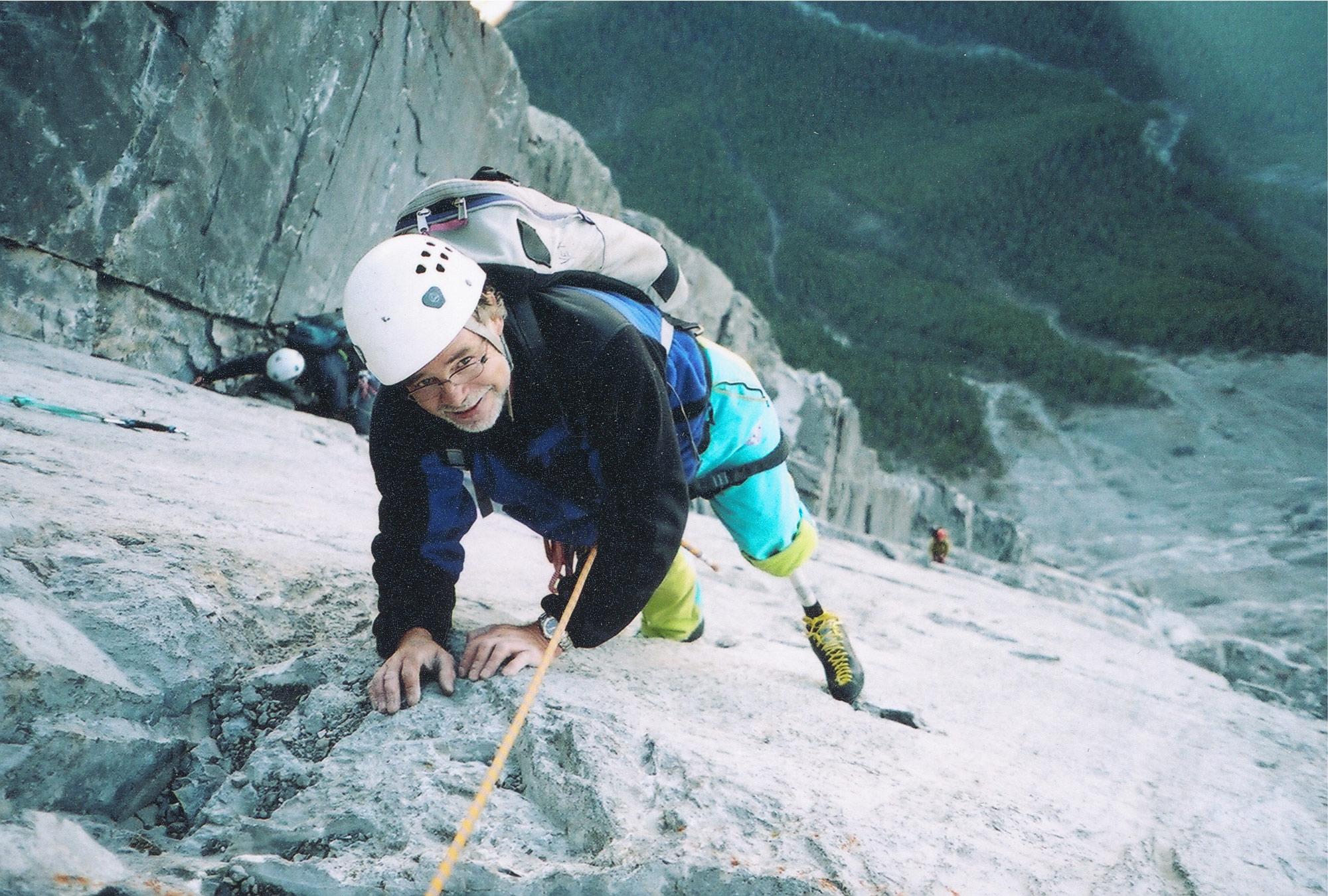 Klettern am Hau Ling Peak Canada 2004. Ein Jahr nach der Amputation mit der Kletter- Prothese 2004 am Ha-Ling Peak/Canadien Rockies. Foto: Kirsten Knechtl I bergundsteigen.blog