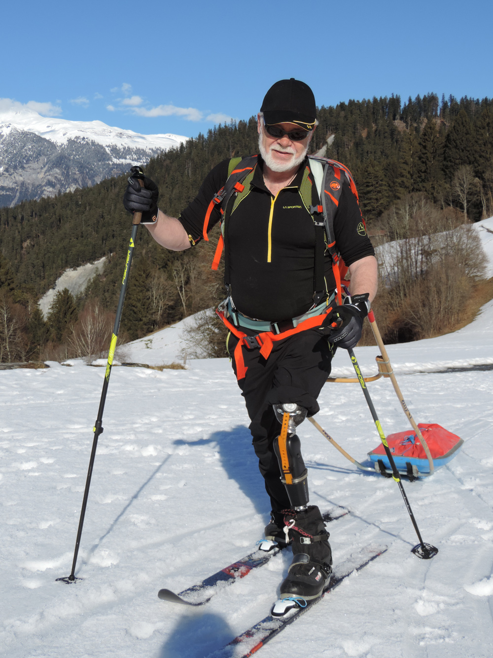 Mit Ski-Strap als Patellasehen-Ersatz beim Langlauftraining für die Ost-Grön- land Expedition (2017). Foto: Rea Steinmann I bergundsteigen.blog