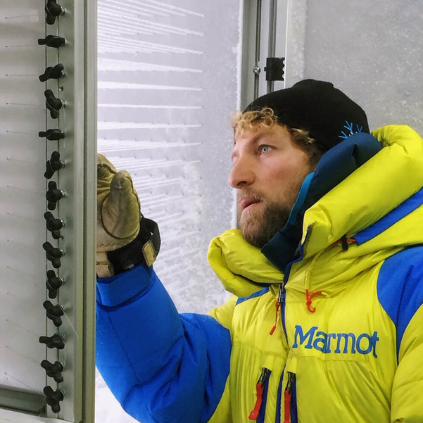 """Jürg Trachselist BauIng ETH, hat seine Dissertation am SLF in der Gruppe Schneephysik zum Thema """"Verunreinigungen im Schnee"""" geschrieben und arbeitet jetzt dort als Lawinenprognostiker sowie in der Gruppe """"Lawinen und Prävention""""."""