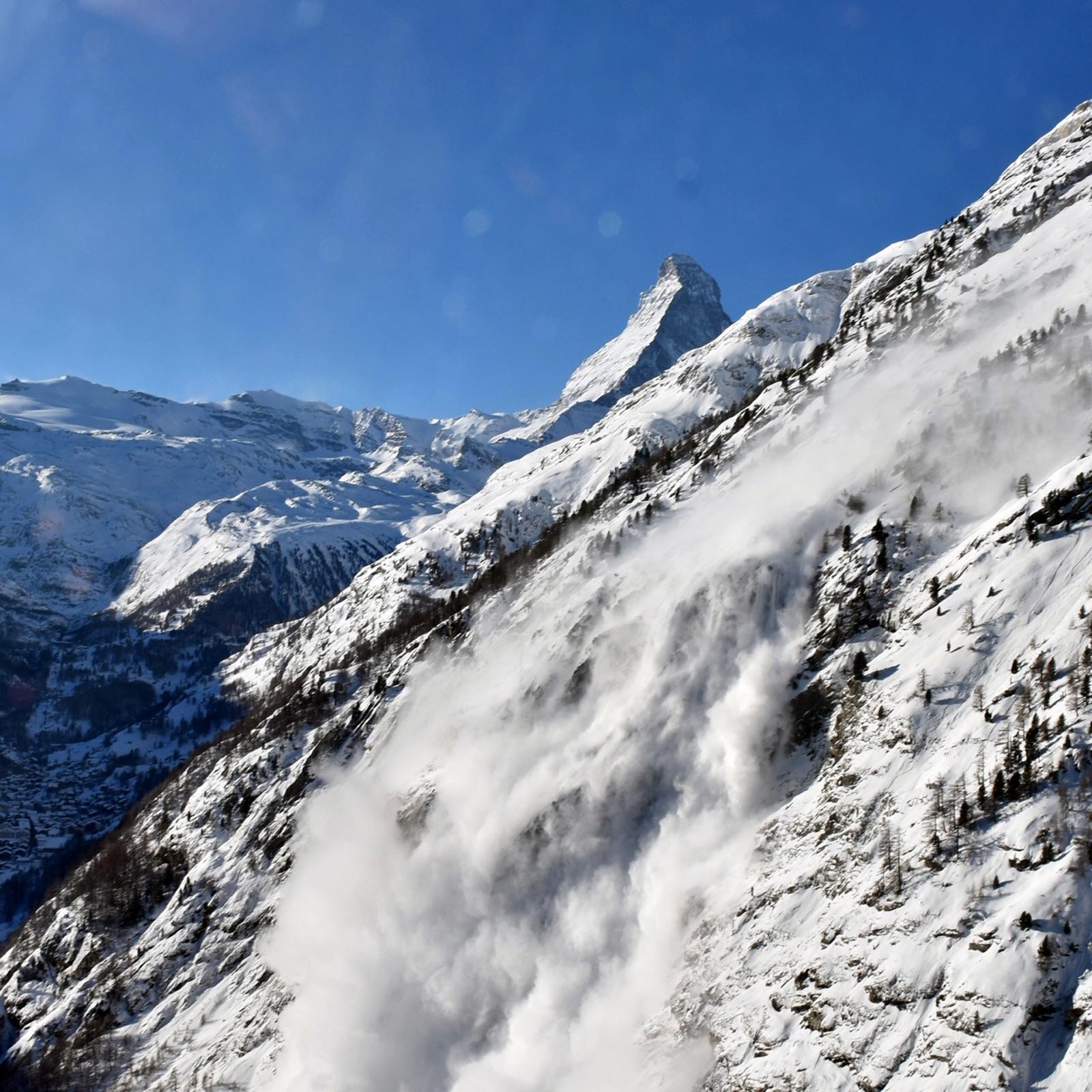 Diese grosse Staublawine wurde oberhalb von Zermatt (VS) auf rund 3.100 m durch eine Sprengung ausgelöst und erreichte eine Länge von 1,7 km. Foto: B. Jelk/25.12.2019