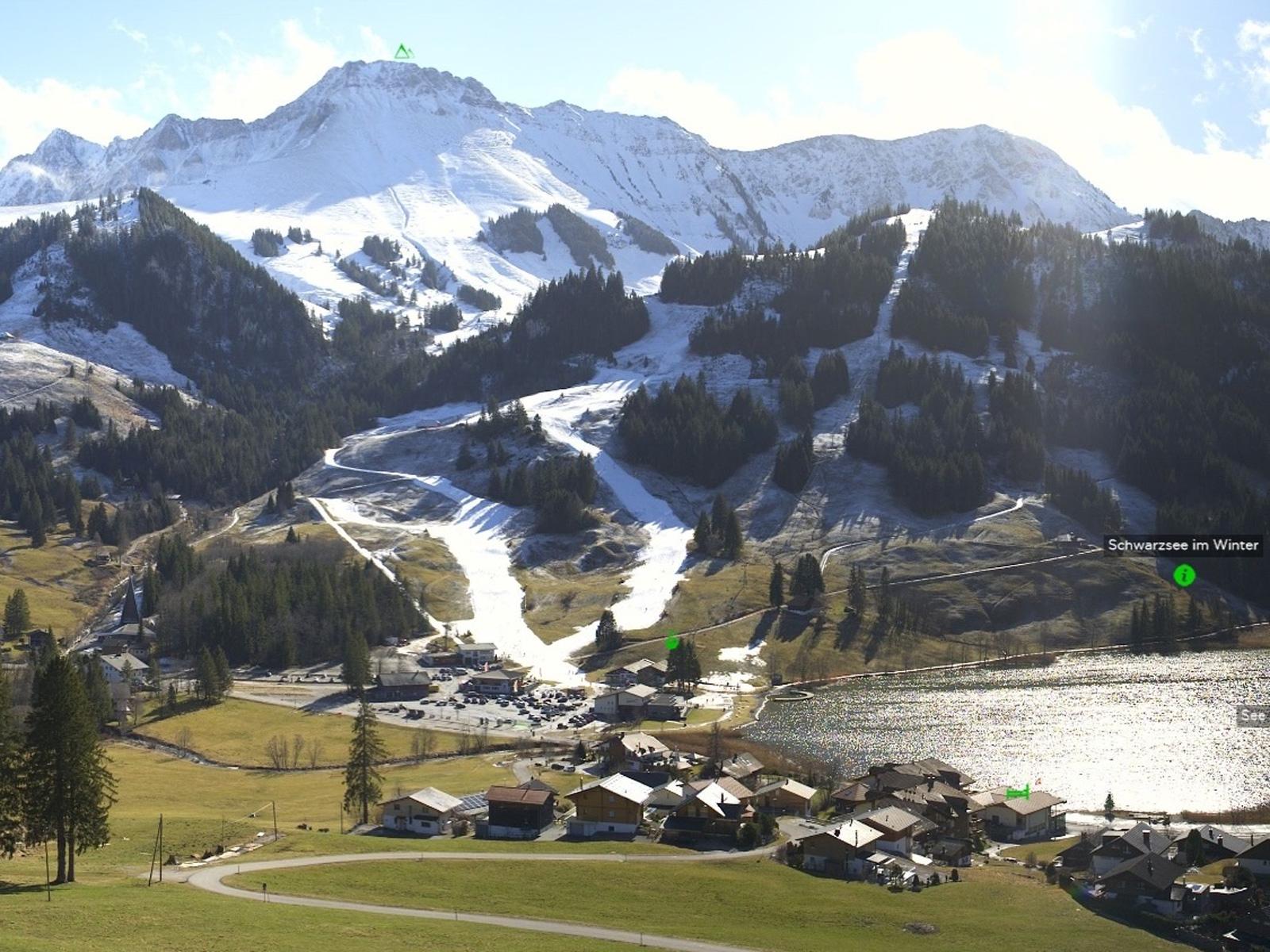 Blick von Schwarzsee (1045 m, Plaffeien, FR) über die Rigisalp zur Kaiseregg (2.185 m, Jaun). Die Kaiseregg ist frisch eingeschneit, während unten im Dorf nur die präparierten Pisten an den Winter erinnern. Foto: Roundshot/18.02.2020