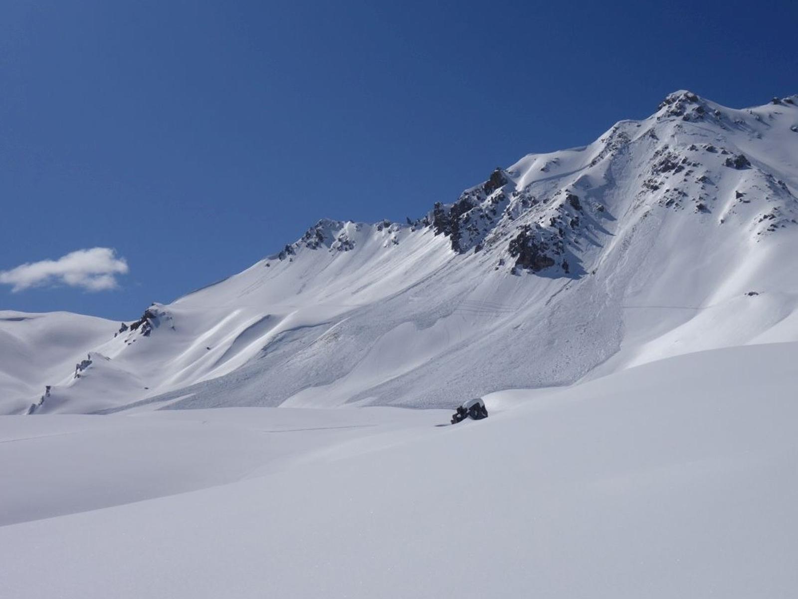 Auslösung einer Lawine im Altschnee an der Ostseite des Chrachenhorns auf 2.891 m (Davos, GR). Foto: J. Schwarz/18.03.2020