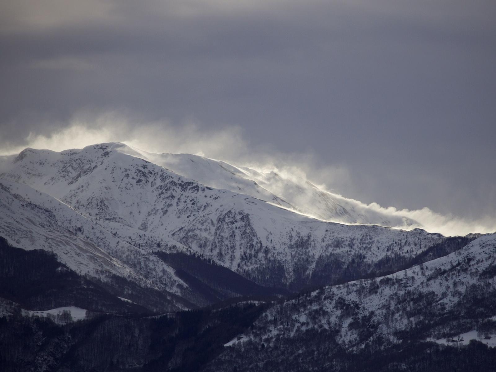 In der Nacht auf Dienstag, 03.03.2020, fiel auf der Alpensüdseite viel Schnee. Dieser wurde intensiv durch den Wind verfrachtet. Auf dem Bild sind grosse Windfahnen am Gazzirola 2.115 m bei Lugano (TI) zu sehen. Foto: L. Silvanti/03.03.2020
