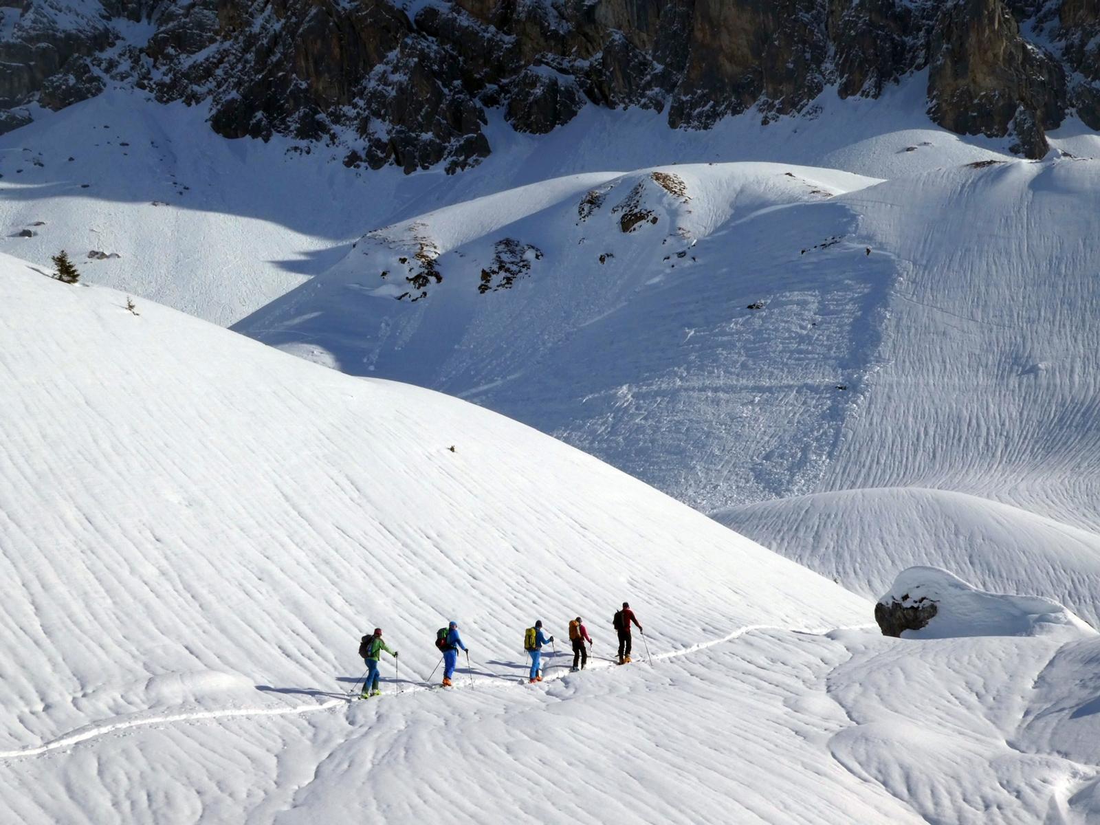 Der Regen hat an der Schneeoberfläche in St. Antönien (GR) deutliche Spuren hinterlassen. Die Lawine im Hintergrund (Nordhang auf rund 2.200 m) ging ebenfalls aufgrund von Wärme bzw. Regen ab. Foto: S. Harvey/01.02.2020
