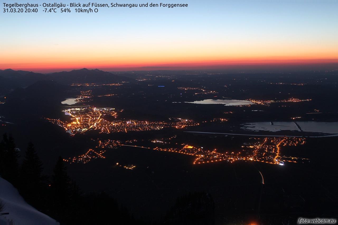 31. März 2020 um 20:40: Blick vom Tegelberghaus (1.707m)/Oberallgäu Richtung Füssen, Schwangau und den Forggensee. Fotolink. Foto: foto-webcam.eu