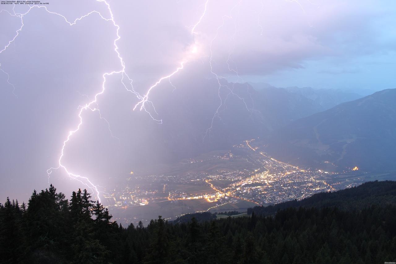 6. August 2018 um 21:00: Blick vom Schigebiet Zettersfeld/Osttirol in die Lienzer Dolomiten. Fotolink. Foto: foto-webcam.eu