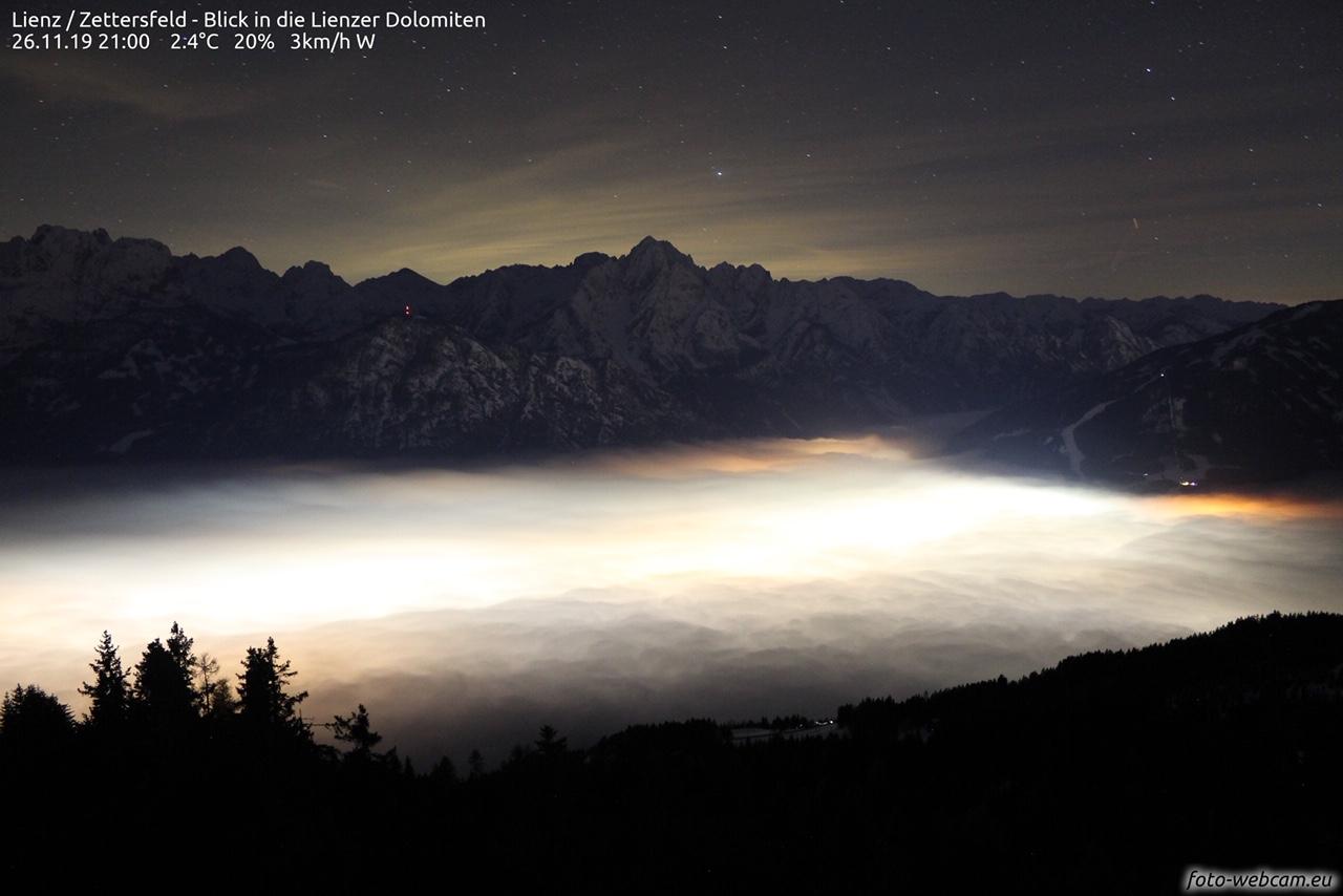26. November 2019 um 21:00: Blick vom Schigebiet Zettersfeld/Osttirol in die Lienzer Dolomiten. Fotolink. Foto: foto-webcam.eu