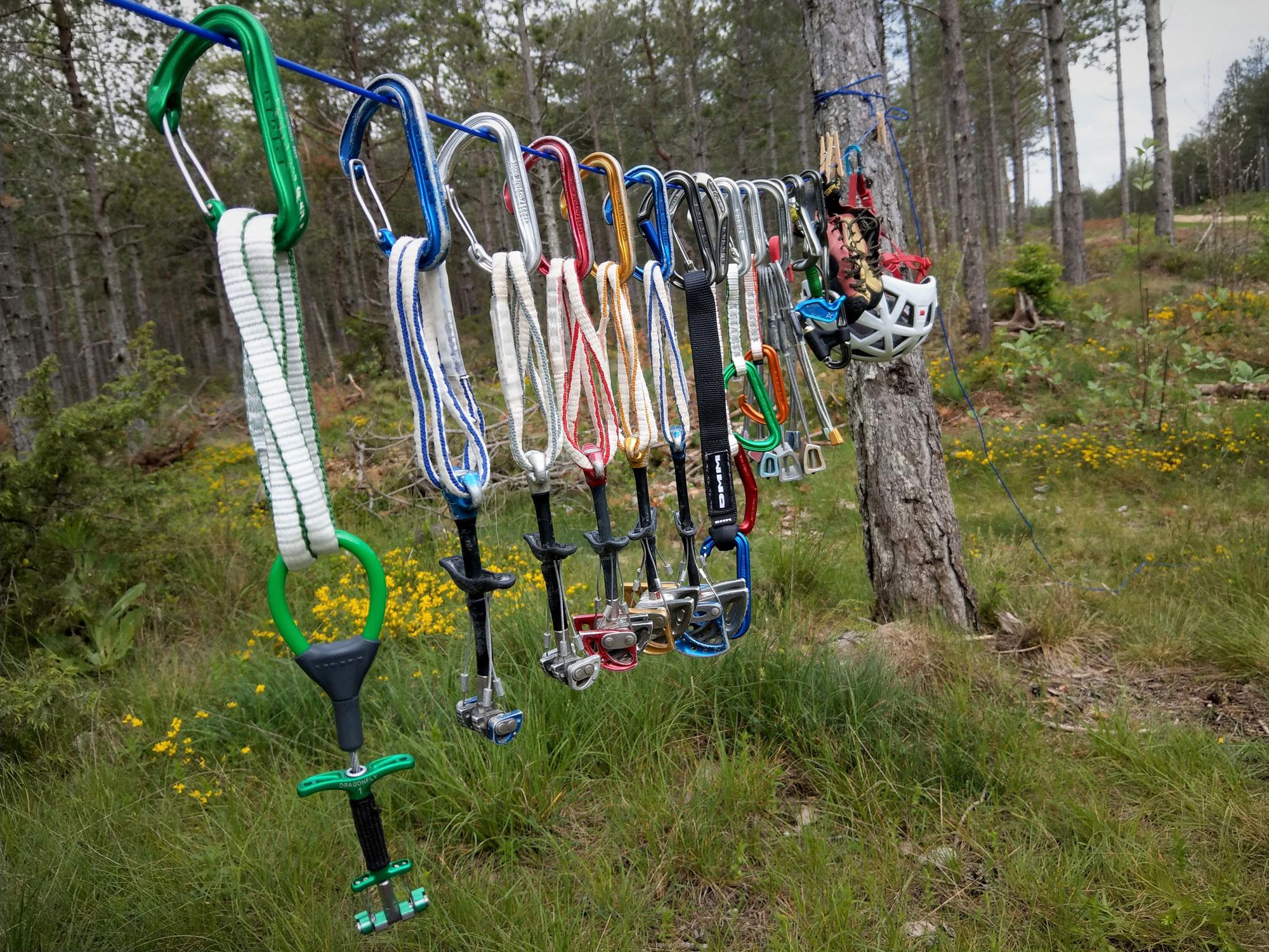 """Zur """"PSA-Quarantäne"""" hängt man das Klettermaterial einfach an einen luftigen Ort. Foto: Alex Schweikart"""