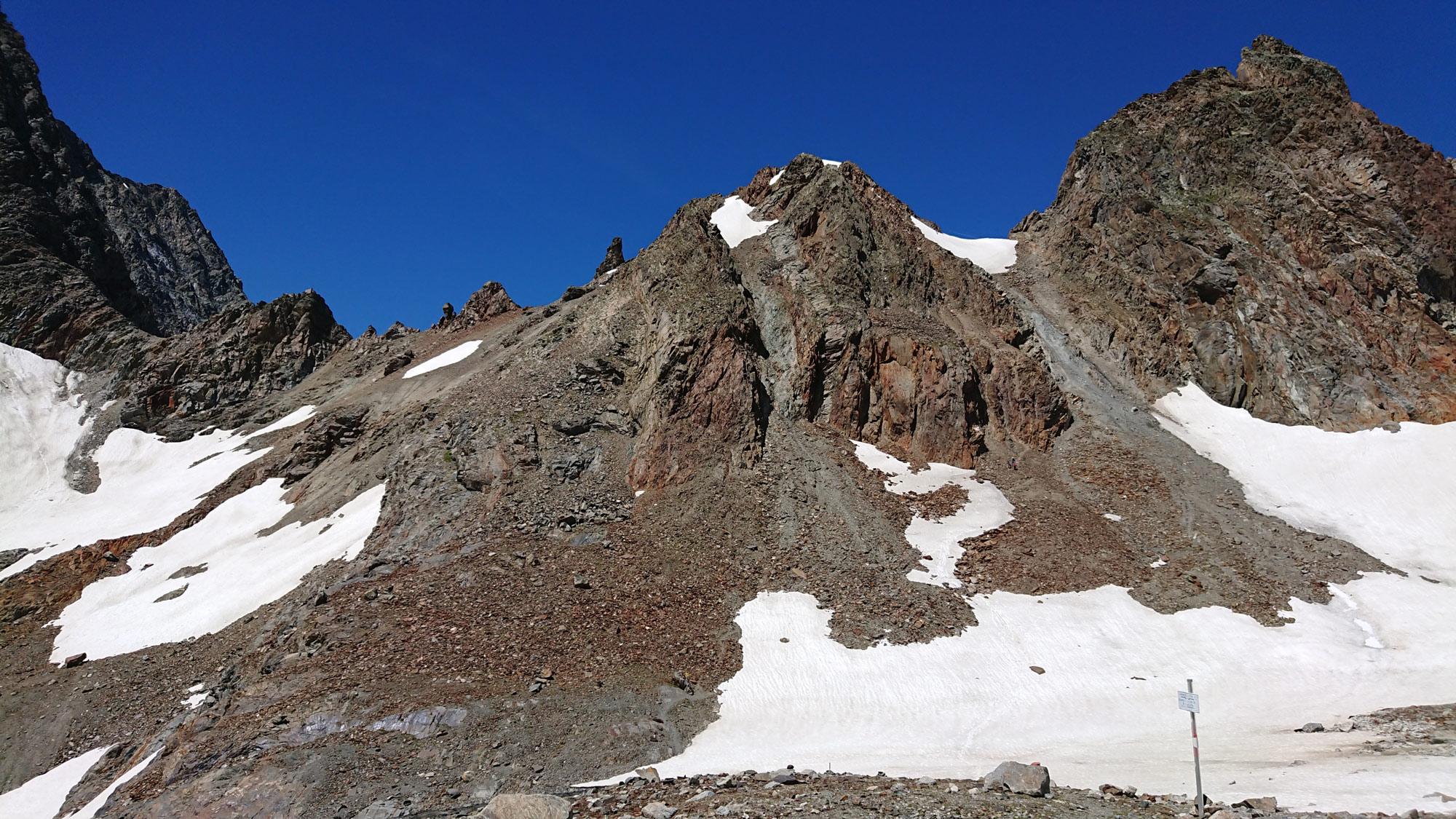 Einst vergletscherte Übergänge, wie das Madatschjoch/Kaunergrat, werden zunehmend eisfrei stellen eine potentielle Steinschlaggefahr dar. Foto: Walter Würtl