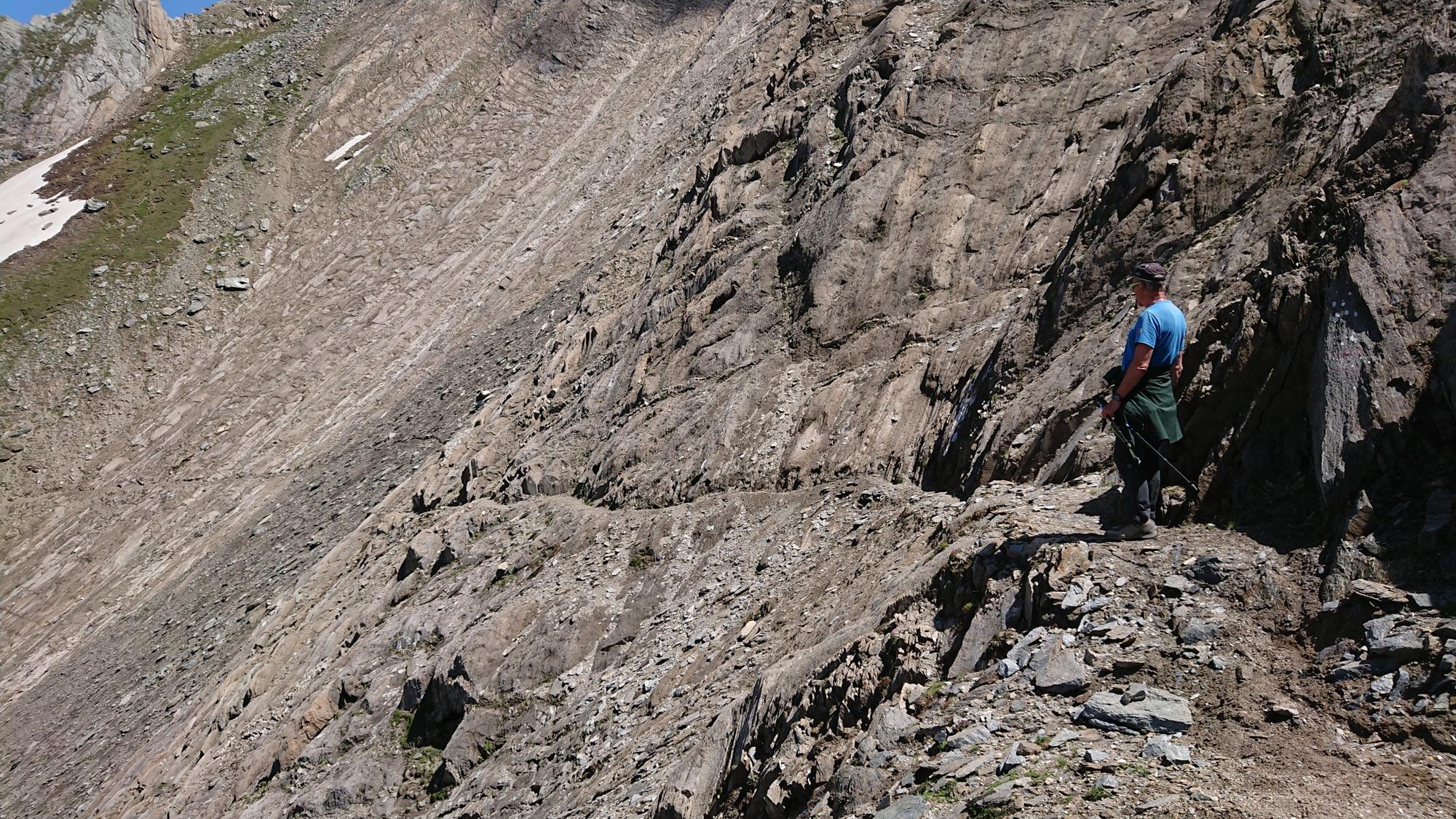 Die vorhandene Steinschlaggefahr am Sajathöhenweg/Venedigergruppe ist nicht nur für Experten – im Foto Peter Kapelari bei einer Begehung - ahnbar … Foto: Walter Würtl