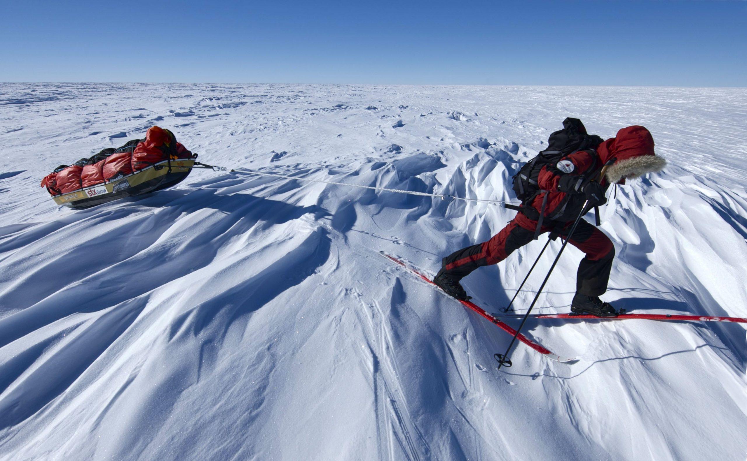 Abb. 2 Nach ihrer Testexpedition 2005 kämpft sich die Norwegerin Cecilie Skog während der ersten inneren Skidurchquerung Antarktikas ohne Windsegel 2009/10 mit ihrem 135 Kilogramm schweren Polarschlitten über das Südpolarplateau. Foto: Ryan Waters 2010 I bergundsteigen.blog
