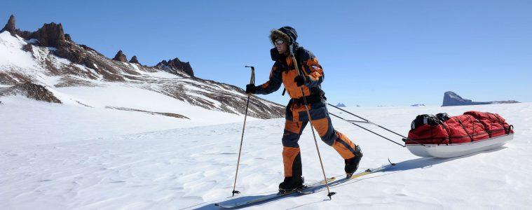 Christoph Höbenreich zieht mit Polarschlitten und kombinierter, polartauglicher Berg- und Skiausrüstung eine Schleife (Loop) von den Drygalski-Bergen durch die Holtedahl-Berge in das Conradgebirge in der Ostantarktis (Paul Koller 2009)