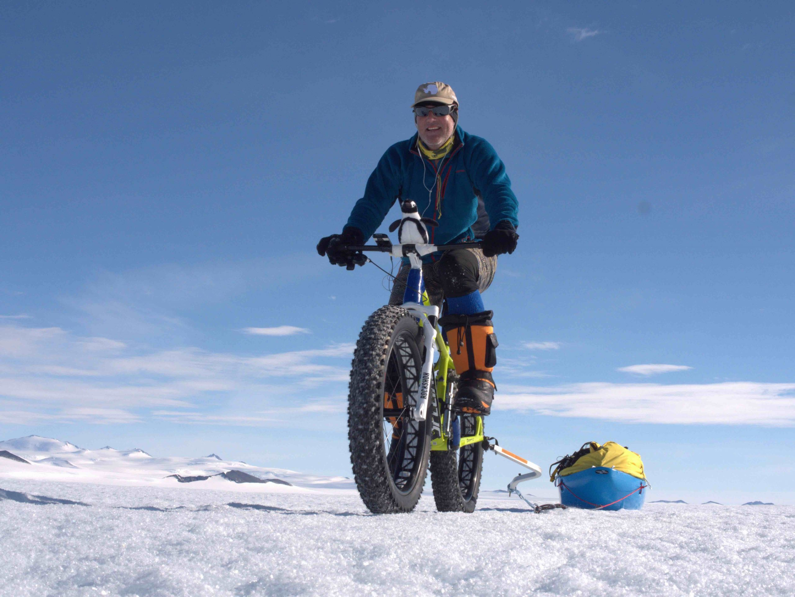 Abb. 19 Der Australier Keith Tuffley setzt bei der ersten Südpol- Expedition über den unbegangenen Reedy-Gletscher 2016 nicht nur Ski sondern zur Hälfte der Strecke auch ein Fatbike ein, um seinen Materialschlitten zu ziehen. Foto: Eric Philips 2016