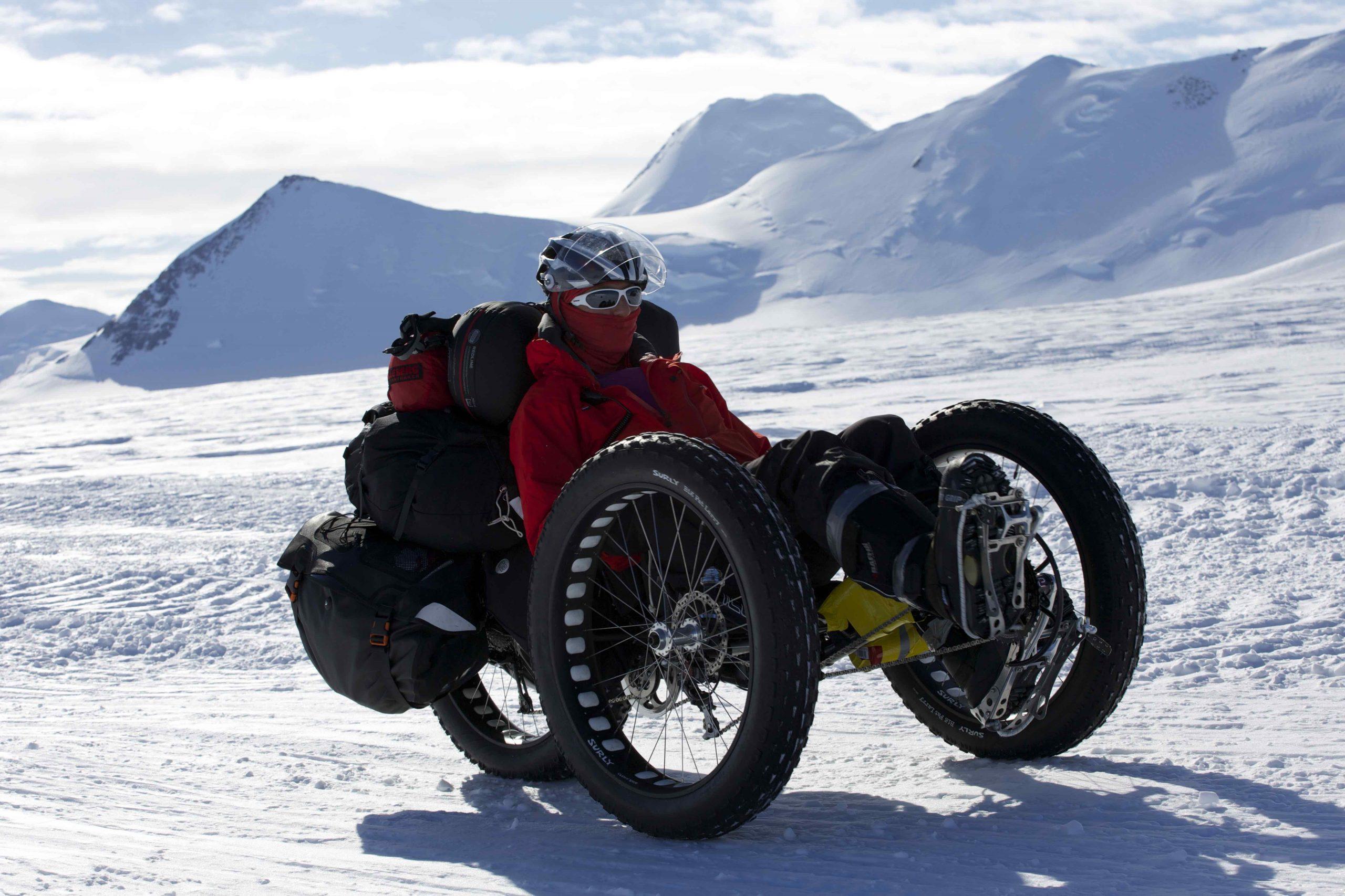 Abb. 20 Die Britin Maria Leijerstam pedaliert 2013 in knapp elf Tagen als erster Mensch zum Südpol: 638 Kilometer vom inneren Rand des Ross-Schelfeis am Fuße des Leverett Gletschers auf der zur Versorgung der US Amundsen-Scott South Pole Station präparierten Eispiste South Pole Traverse. Foto: Archiv Maria Leijerstam