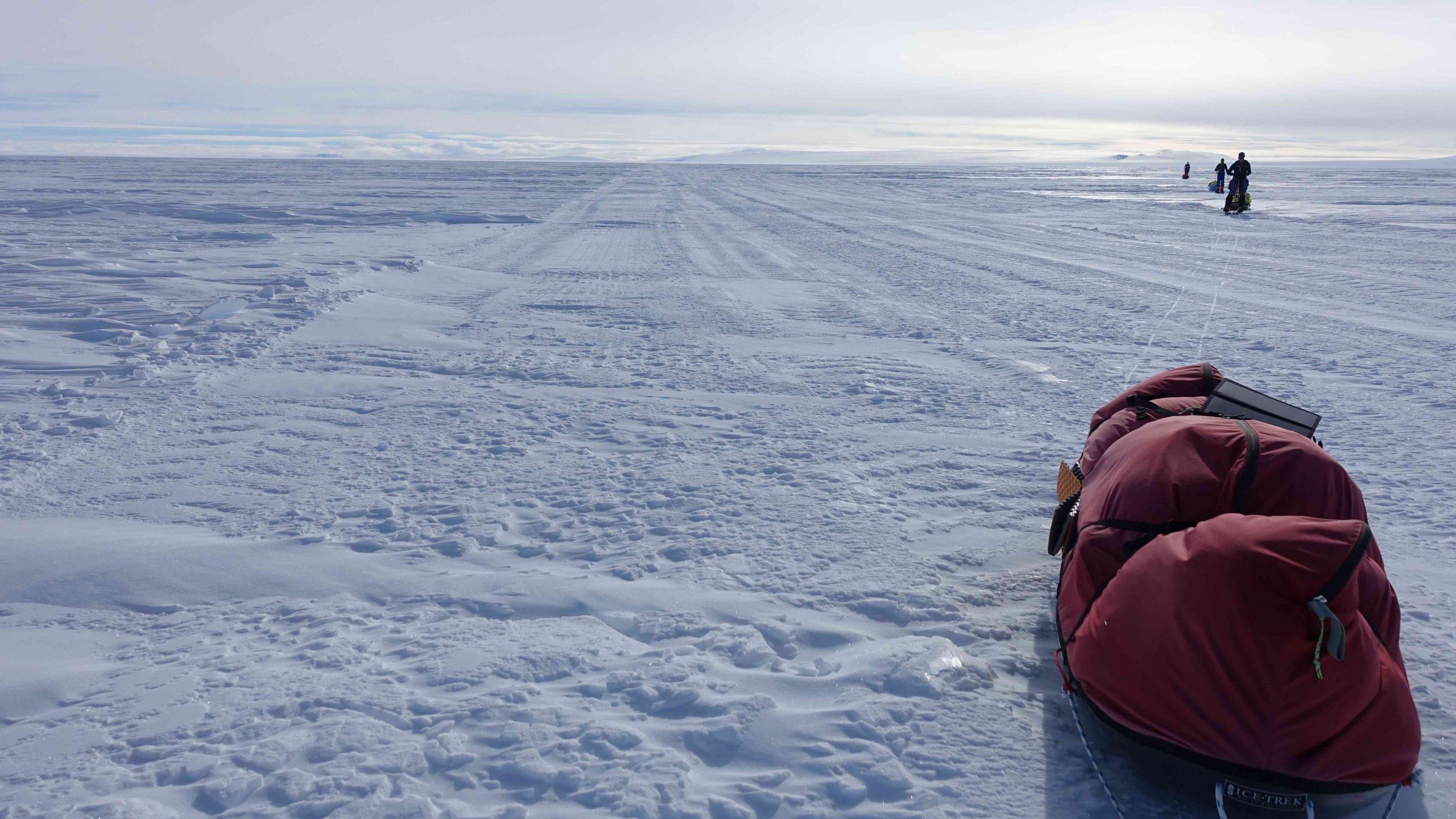 """Abb. 3 Zur Versorgung der US Amundsen-Scott South Pole Station wurde 2006 von McMurdo über das Ross-Schelfeis und durch die Transantarctic Mountains bis zum Südpol die 1.600 Kilometer lange Eispiste """"South Pole Traverse"""" (SPoT, auch """"McMurdo-South Pole Highway"""" genannt) angelegt. Sie ist markiert und durch tonnenschwere Schlittenlastzüge planiert, was Skiläufern und Radfahrern das Vorwärtskommen wesentlich erleichtert. Foto: Eric Philips 2017 I bergundsteigen.blog"""