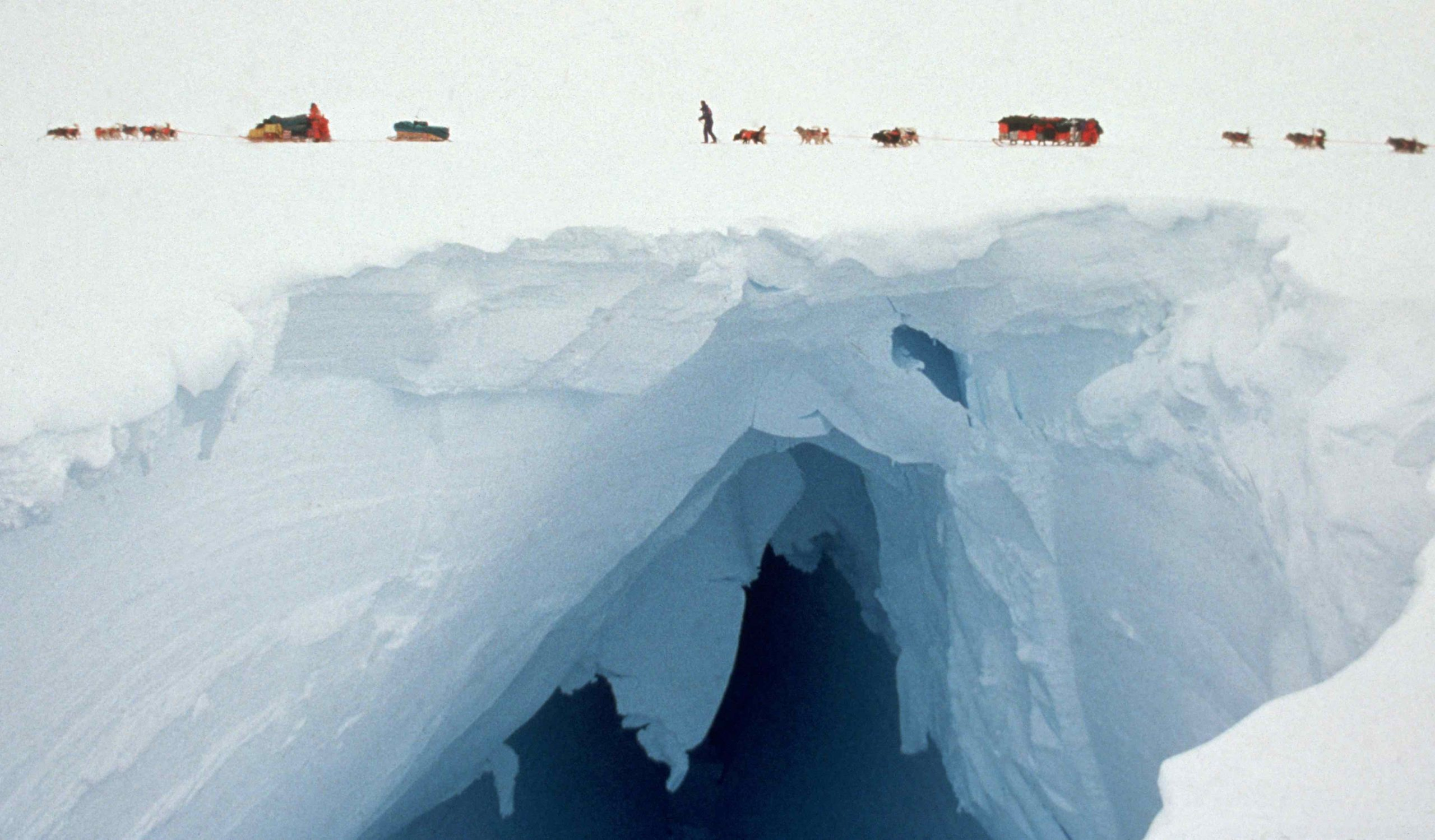 Abb. 6 Am Weyerhaeuser-Gletscher der Antarktischen Halbinsel müssen die Mitglieder der Transantarctica-Hundeschlittenexpedition 1989/90 zahlreiche sichtbare und unsichtbare Gefahren meistern. Foto: Will Steger 1989