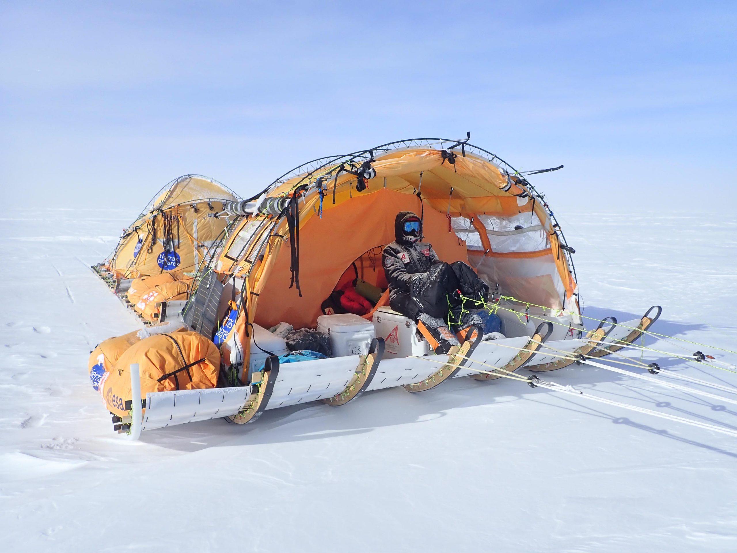 Abb. 16 Nur die Kräfte der Natur nützend reist das Team des Spaniers Ramon Larramendi mit seinen Segelschlitten relativ bequem tausende Kilometer durch die Antarktis. Foto: Ramón Larramendi 2018