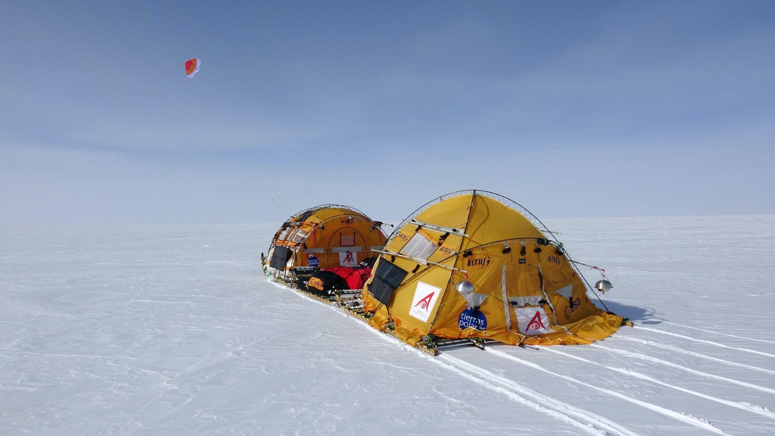 Abb. 17 Moderne Polarvagabunden reisen samt Sack und Pack auf Segelschlitten tausende Kilometer über das Eis. Foto: Ramón Larramendi 2018