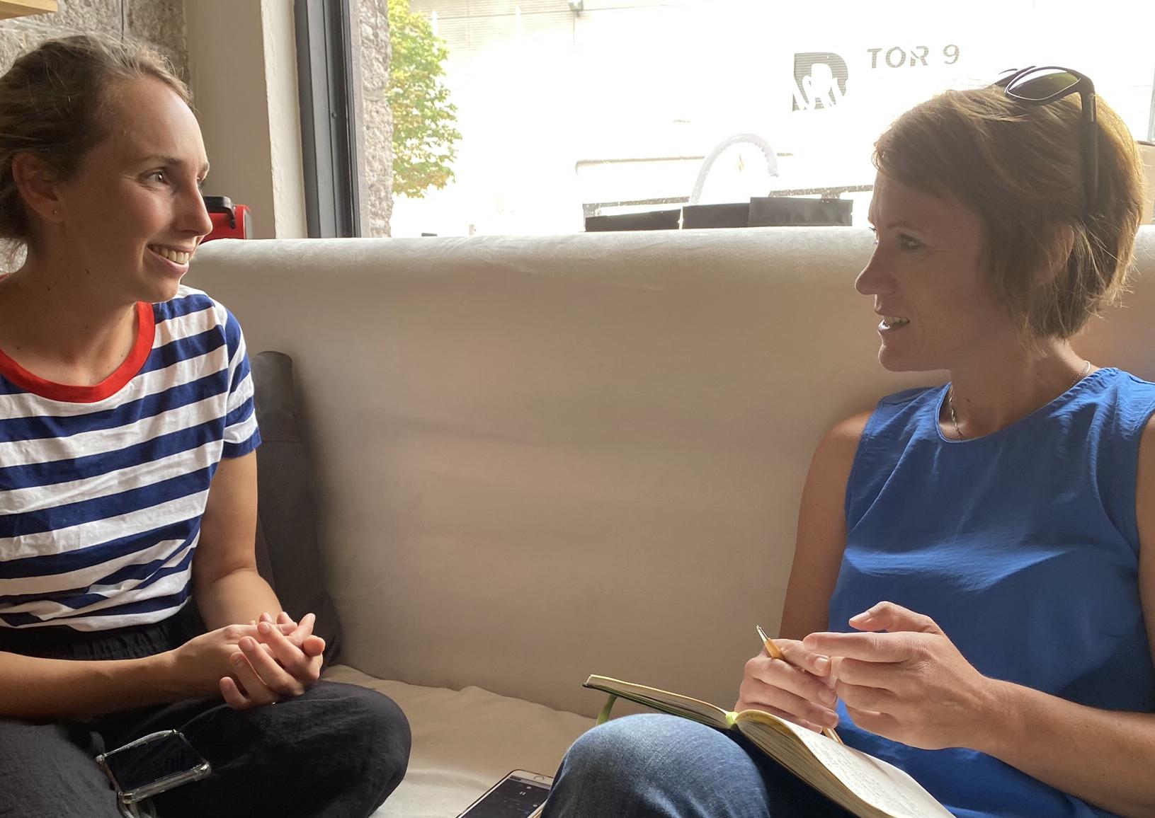 Zwischen Juni und August wurden 10 Interviews zum Thema geführt. Im Bild Lea Hajner (links) im Interview mit der Autorin.
