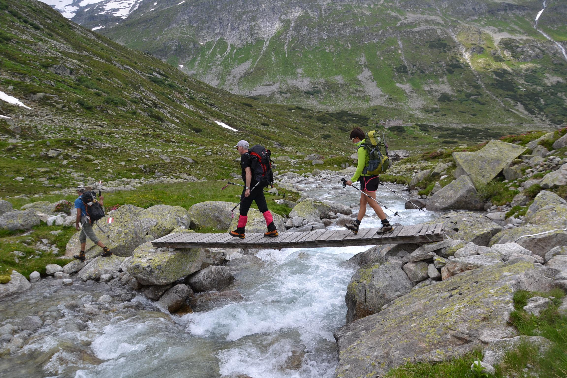 Wer am markierten Wanderweg bleibt, darf z.B. auch mit einer Brücke über den Bach rechnen … © Christina Schwann I bergundsteigen.blog