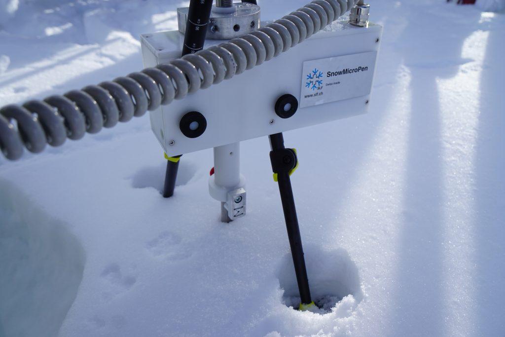 Schneedeckenuntersuchung mit der SnowMicroPen Foto: argonaut.pro