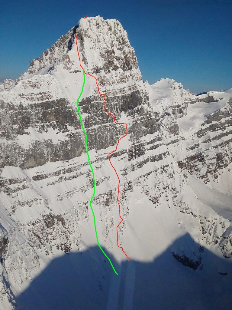 In Rot die Aufstiegsroute der drei, in Grün die Linie der Lawine. Foto: Canadian Parks Service, Linien eingezeichnet von John Roskelley