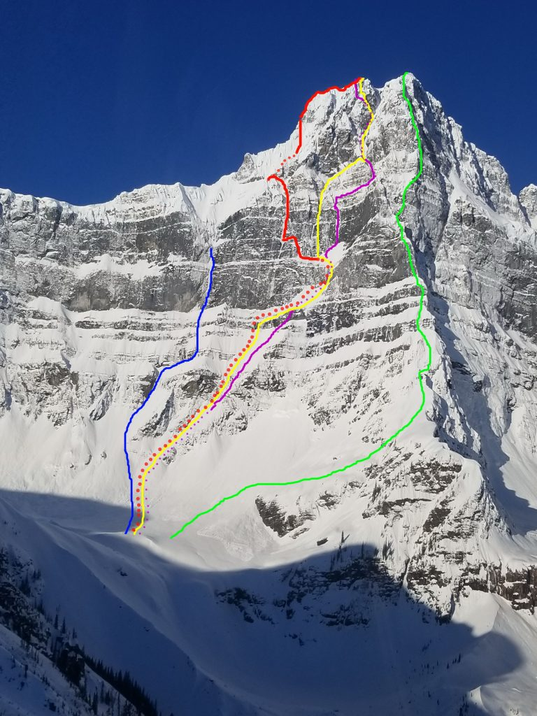 "Die Ostwand des Howse Peaks mit den eingezeichneten Routen: blau ""Life by the Drop"", rot ""Route Auer, Lama, Roskelley"", gelb ""M 16"", pink ""Howse of Cards"", grün ""Northeast Butress"". Foto: Park Canada SAR"